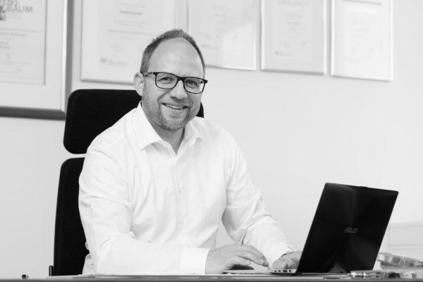 Bürgermeister Roger Nießen, Am Schreibtisch, Schwarz-Weiss