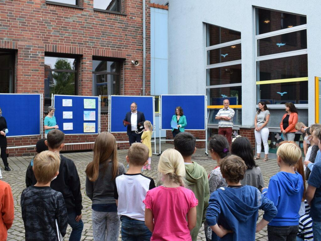 Die Kinder schauen an der Grundschule Broichweiden bei der Siegerehrung zu.