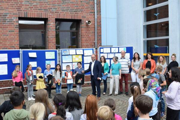 Viele Schülerinnen und Schüler schauen bei der Siegerehrung zu
