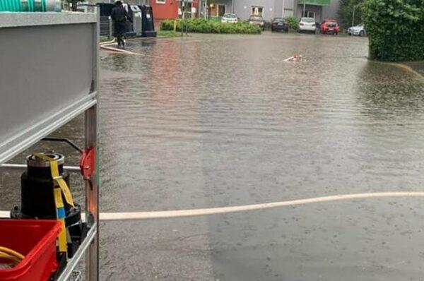 Eine Straße steht komplett unter Wasser