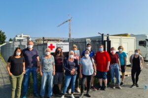 Mitarbeiter*innen der Stadtverwaltung helfen beim DRK