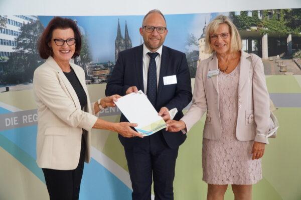 Regierungspräsidentin Gisela Walsken mit Bürgermeister Roger Nießen und Landtagsabgeordneter Eva-Maria Voigt-Küppers