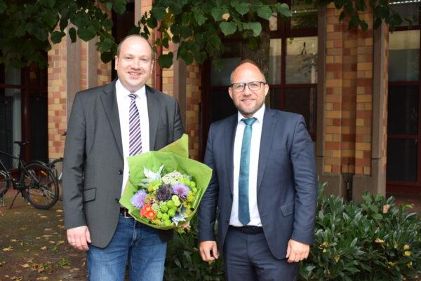 René Strotkötter und Roger Nießen vor dem Rathaus