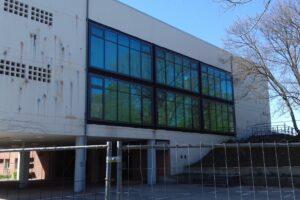Außenaufnahme der Aula des Gymnasium Würselen. Glasfront von Außen