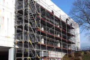 Außenaufnahme der Aula des Gymnasium Würselen. Baugerüst an der Fassade anlässlich der Sanierungsarbeiten.