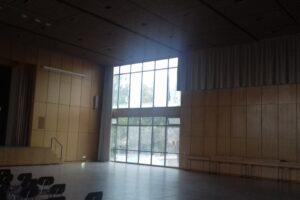 Innenaufnahme der Aula des Gymnasiums Würselen. Glaswand mit Blick nach draußen.