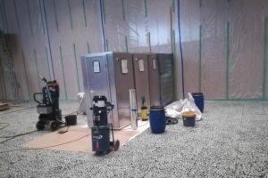 Verschiedene Maschinen und Behälter anlässlich der Sanierungsarbeiten im Gymnasium Würselen