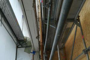 Nahaufnahme eines Baugerüst bei Sanierungsarbeiten