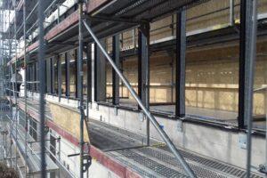 Nahaufnahme eines Baugerüst bei Sanierungsarbeiten. Aula des Gymnasiums Würselen von Außen