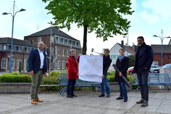 Roger Nießen, Andrea Kranefeld, Petra Peikert, Nina Schierp und Till von Hoegen zeigen eine Karte vom Plangebiet