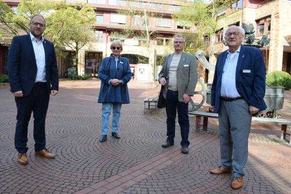 Bürgermeister Nießen begrüßt vor dem Rathaus auf dem Morlaixplatz die neuen ehrenamtlichen Beauftragten für Menschen mit Behinderg und für Senioren, Vicoria Meeßen, Dieter Schöner und Joachim Classen