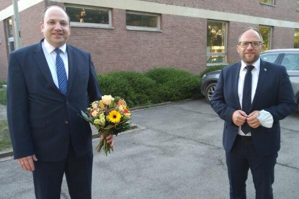 René Strotkötter, gerade zum neuen Beigeordneten gewählt, und Bürgermeister Roger Nießen stehen vor der ehemaligen Realschule
