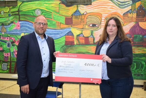 Bürgermeister Nießen überreicht Bürgermeisterin Nadine Leonhardt, Stadt Eschweiler, einen Scheck
