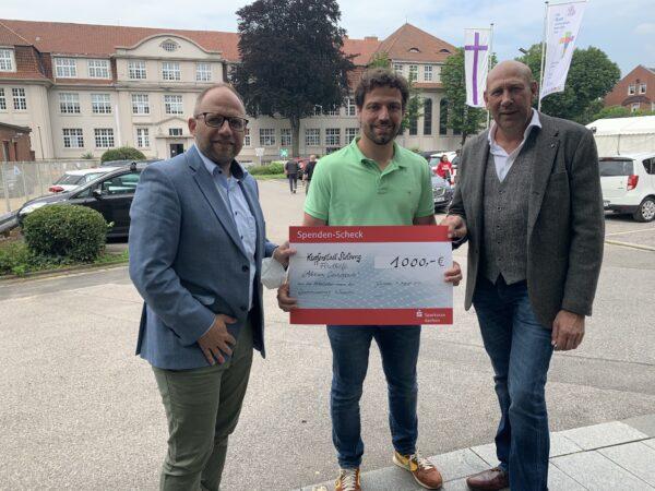 Bürgermeister Roger Nießen und Personalratsvorsitzender Frank Poelmans übergeben einen Scheck an Patrick Haas, Bürgermeister der Stolberg