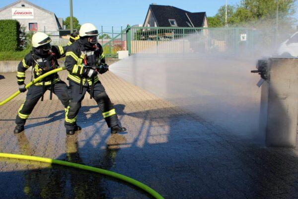 Übung der Feuerwehrmänner auf dem Feuerwehrgelände