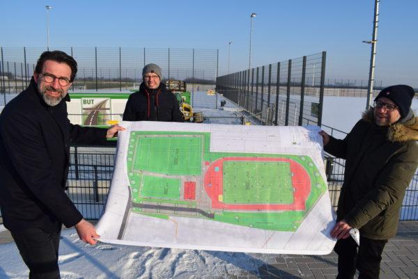 Sportpark, Bürgermeister Roger Nießen, Erster u. Technischer Beigeordneter Till von Hoegen und Kämmerer Alexander Kaiser stellen das Jupp-Dervall-Stadion vor