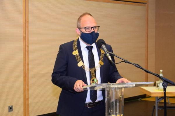Ratssitzung: Bürgermeister Roger Nießen mit Amtskette an einem Rednerpult