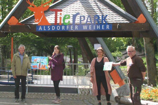 Vier Leute vor dem Haupteingang des Alsdorfer Tierparks