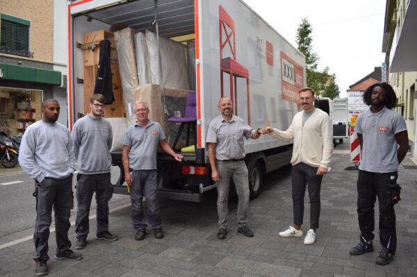 Die Mitarbeiter von XXXLutz und Ben Beckers von der Stadt Würselen vor einem LKW