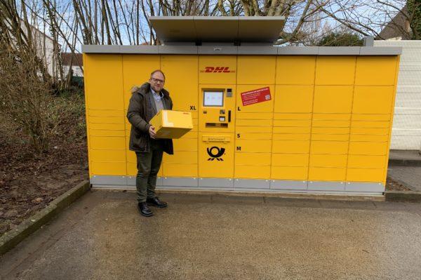 Bürgermeister Roger Nießen an der neuen DHL Poststation Aachener Straße