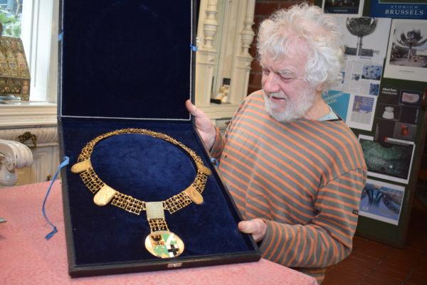 Die goldene Amtskette des Bürgermeisters in den Händen des Künstlers und Goldschmiedes Albert Sous.