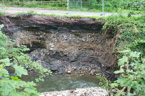 Die Böschung der Wurm ist durch das Hochwasser zerstört