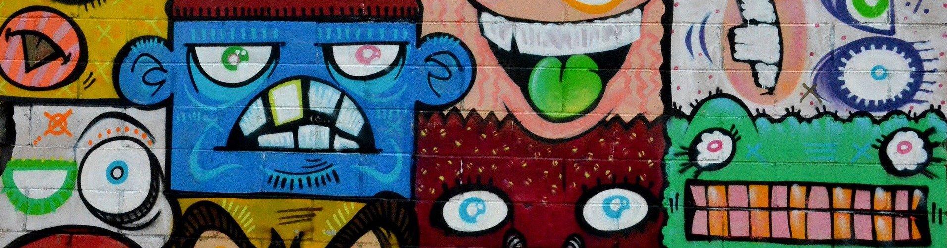 Wand mit Graffiti-Köpfen