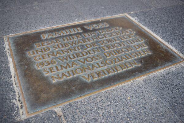 Gedenkplatte an die jüdische Familie Voss